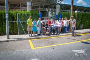 Los usuarios del Centro de Día de PLACEAT pintan la línea amarilla del acceso de Rodrigo Alemán