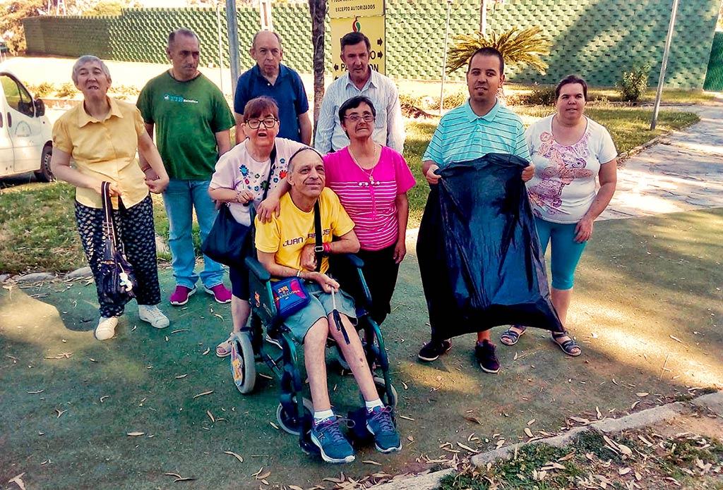 Foto de grupo de los voluntarios de Placeat que han estado limpiando y recogiendo basura en la ciudad deportiva de Plasencia.