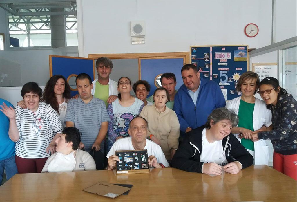 Fotos de grupo de los integrantes del Centro de Día de Placeat que han construido el tubo