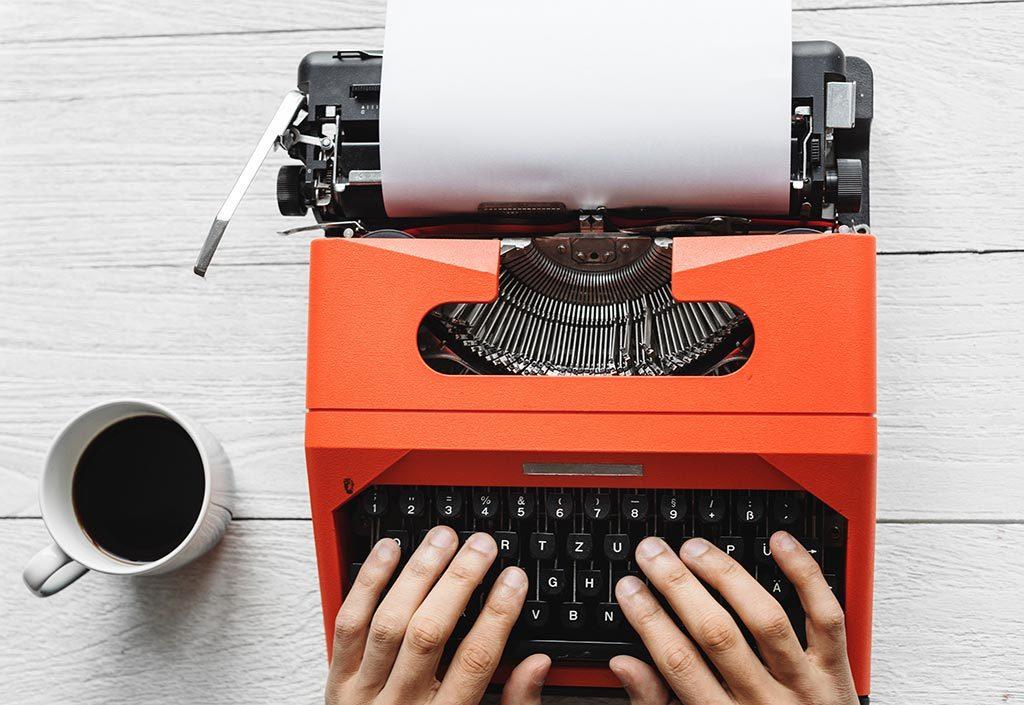 En la imagen se ve una máquina de escribir, lista para redactar el artículo de la Primera Edición Premio Nacional de Periodismo Placeat 2019