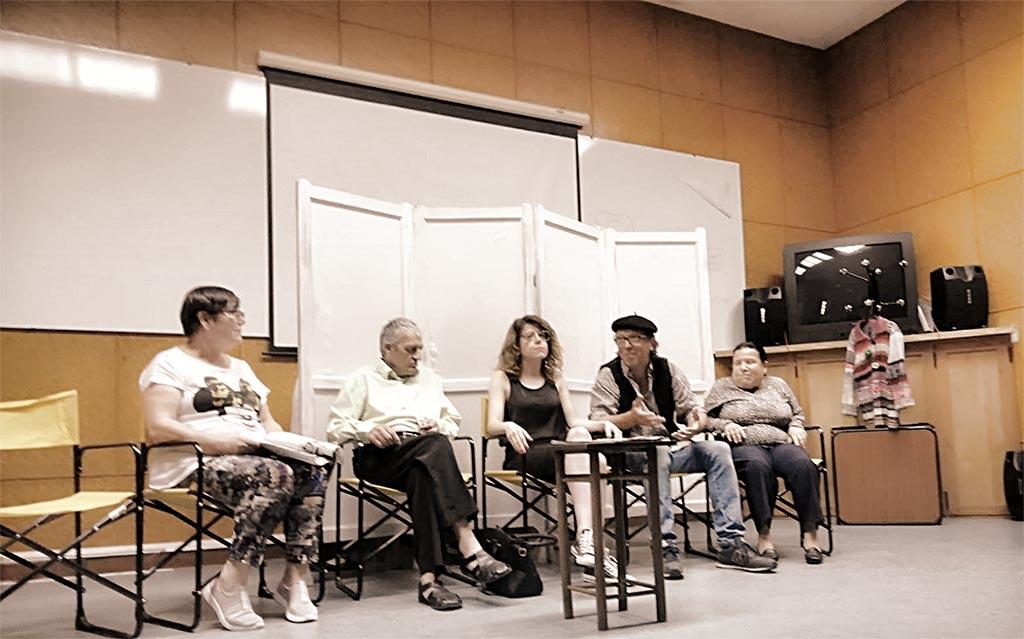 En la imagen se ve a varios integrantes del Grupo de Teatro PLACEAT haciendo el teatro en el escenario