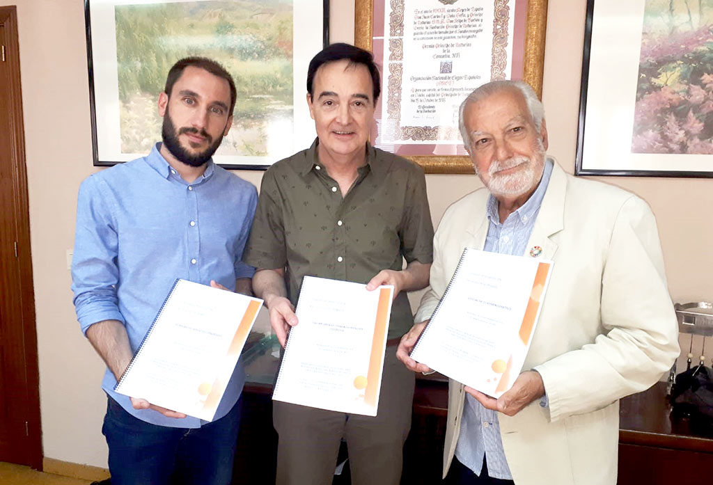 En la imagen, el Presidente de PLASER, Francisco de Jesús Valverde Luengo y el Director, Javier Paniagua Montero, recibiendo los informes de APAMEX