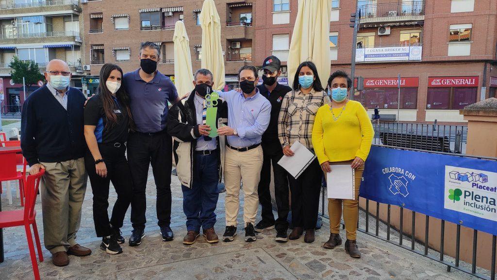 El grupo de Autogestores de PLACEAT entrega el reconocimiento #temerecesunai a Domino´s Pizza Plasencia